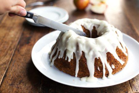 Фото яблочного кекса с ванильной глазурью