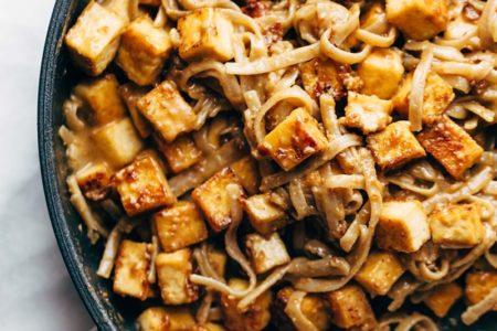 Фотография тофу с рисовой лапшой