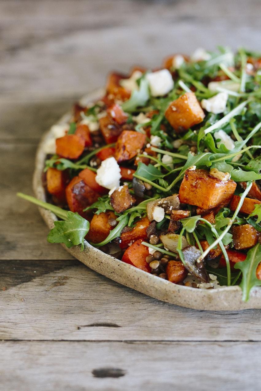 Фото теплого салата с картофелем, чечевицей и рукколой