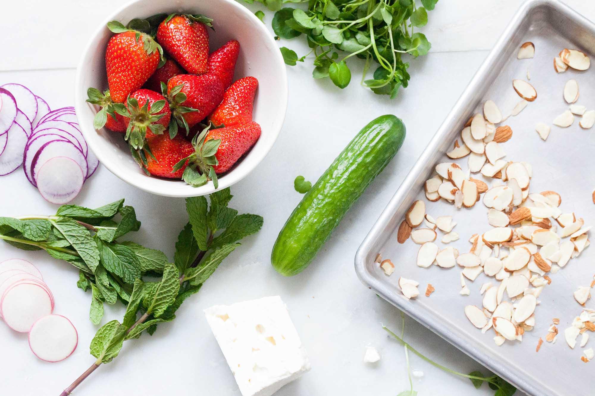 Ингредиенты для овощного салата с клубникой