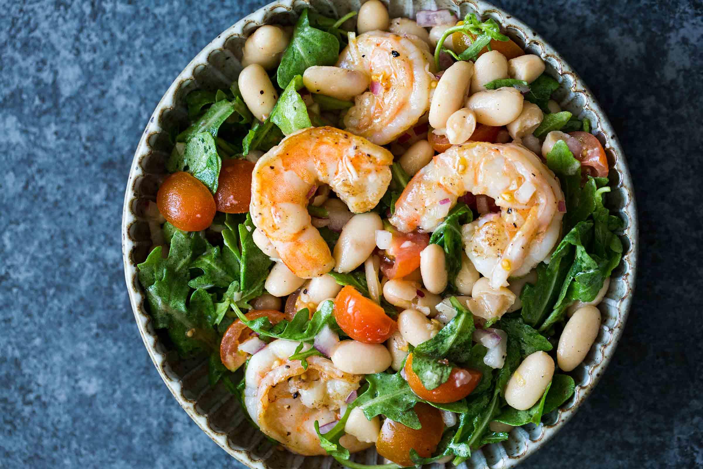 Как приготовить салат с креветками?