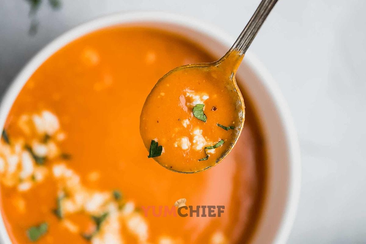 Фотография томатного супа с фетой