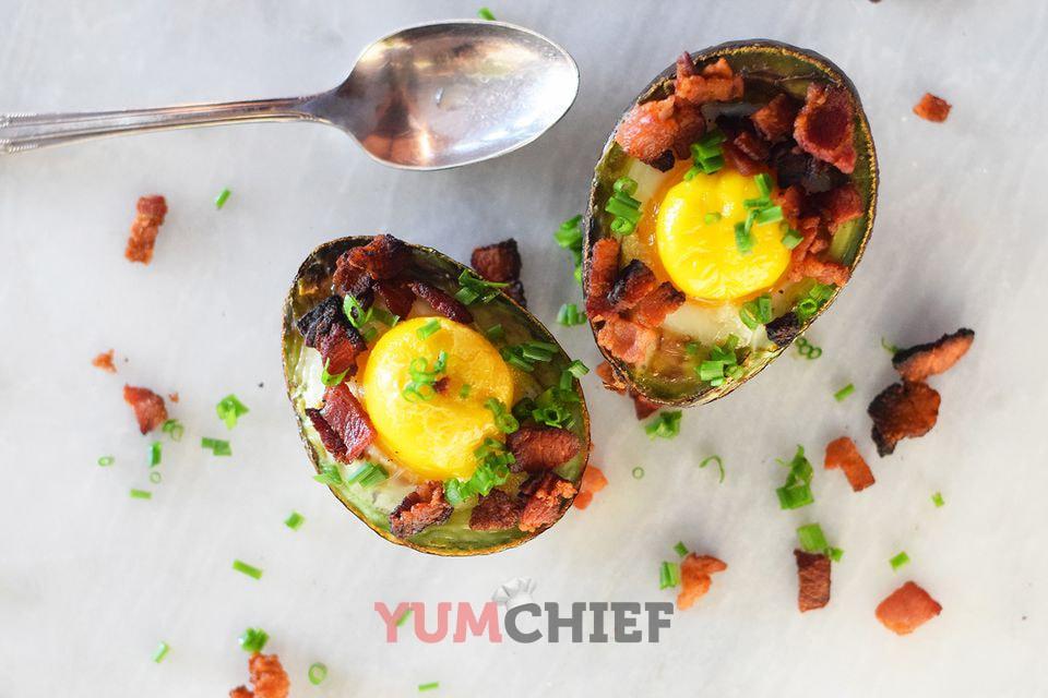 Запеченное авокадо с яйцом и беконом - фото