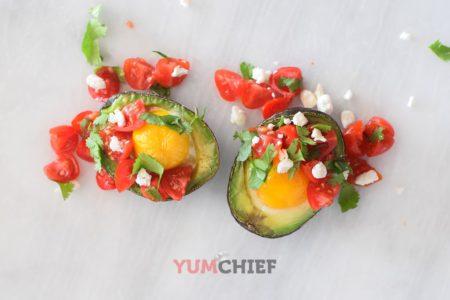 Запеченное авокадо с яйцом и помидорами - фото