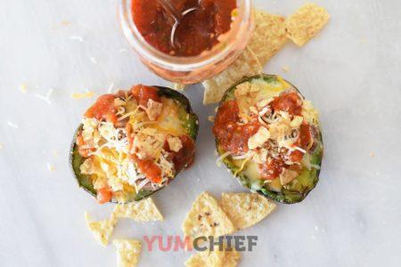 Запеченное авокадо с яйцом и сыром - фото
