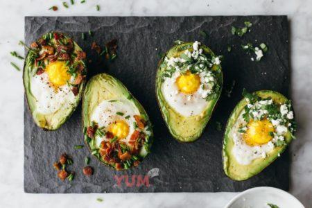 Запеченное авокадо с яйцом - рецепт с фото