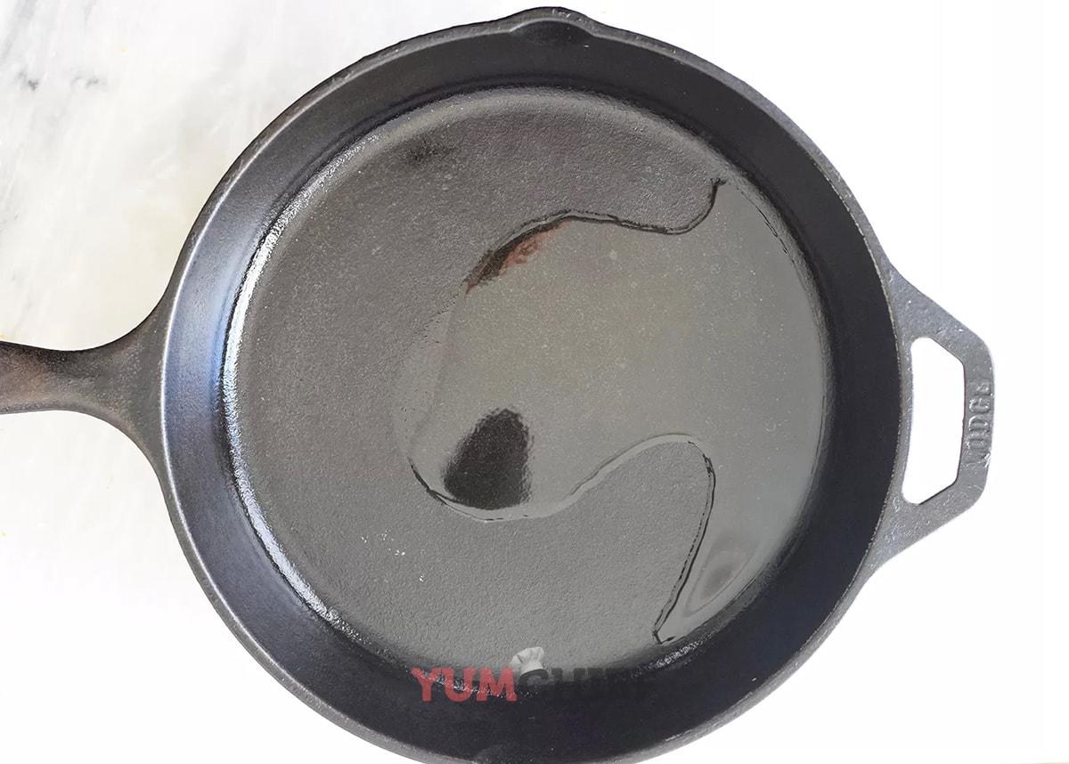 Рецепт омлета с курицей - фото сковородки