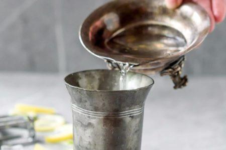Фотография приготовления коктейля из мартини и водки