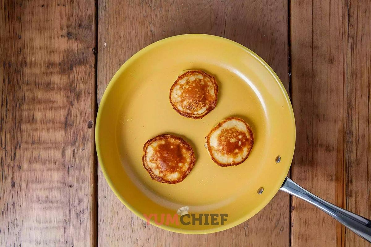Банановые панкейки на сковороде