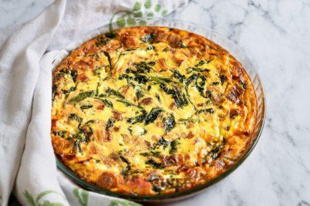 Рецепт фриттаты с сыром, шпинатом и беконом