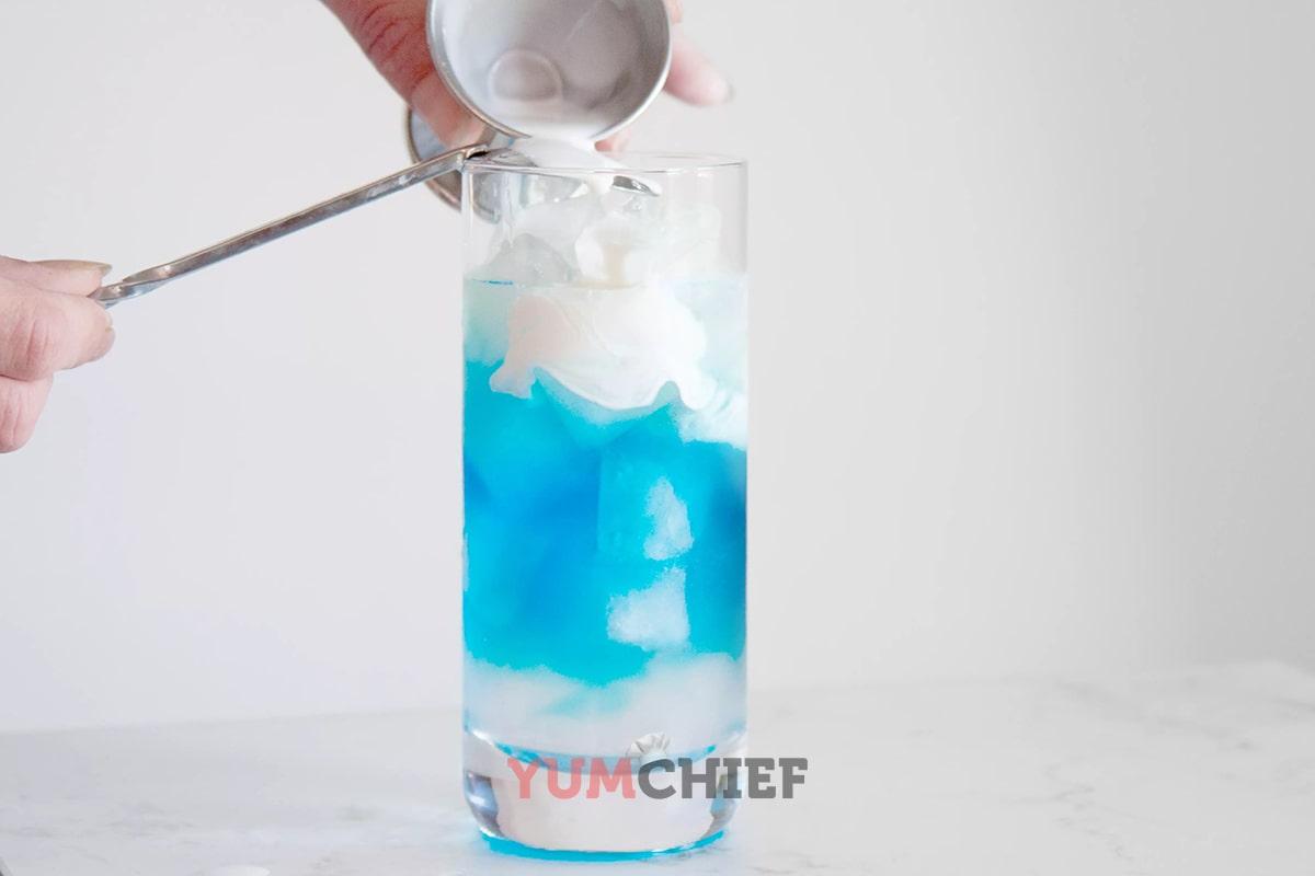 Как добавлять сливки в коктейль медуза
